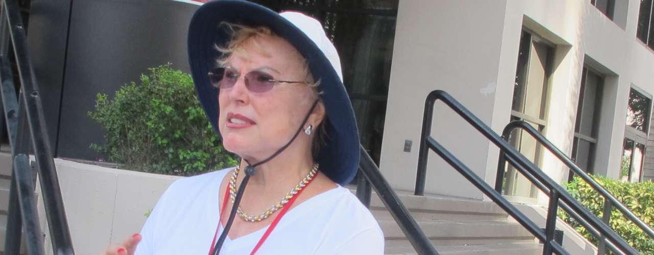 La ocasión es propicia para la venta de parafernalia política, tan norteamericana como la hamburguesa. Esta mujer ofrecía sus botones con frases republicanas a quienes ingresaban al Convention Center, en el centro de Tampa.
