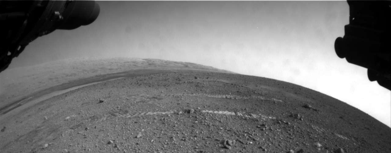 Las sorprendentes imágenes muestran hileras dispares cerca de la base de la montaña de 5 kilómetros que se levanta en el gran valle antiguo conocido como cráter Gale, donde el Curiosity aterrizó el 6 de agosto, comenzando su misión de dos años.