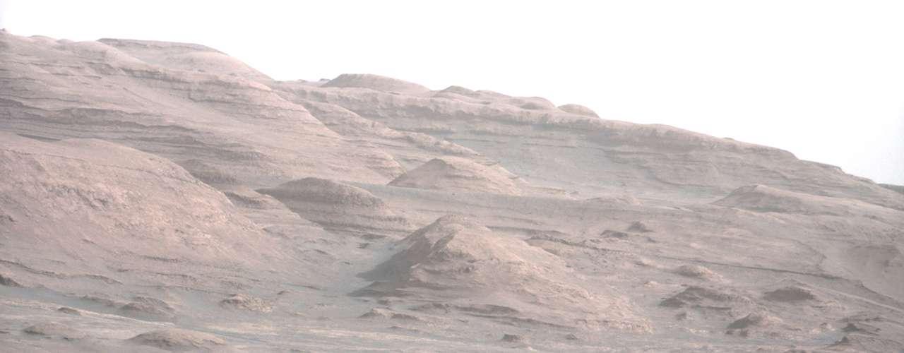 De acuerdo con las primeras imágenes orbitales, las capas parecen contener arcilla y otros minerales hidratados que se forman en presencia de agua.
