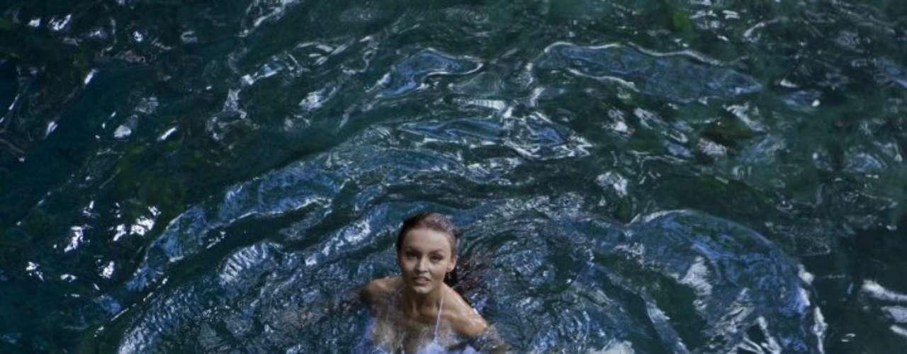En 'Abismo de Pasión', Angelique Boyer diovida a 'Elisa Castañón', una joven yucateca atormentada por la mala fama de su madre ya fallecida.