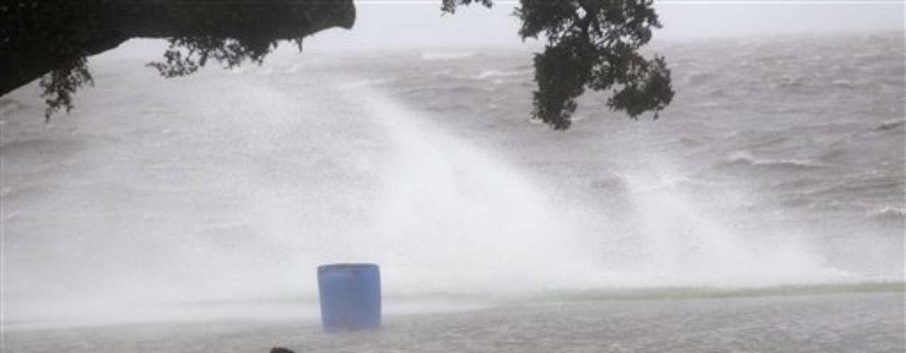 Concretamente, el centro del huracán tocó tierra al suroeste de la desembocadura del río Misisipi, en el distrito de Plaquemines, que había sido evacuado obligatoriamente por las autoridades.
