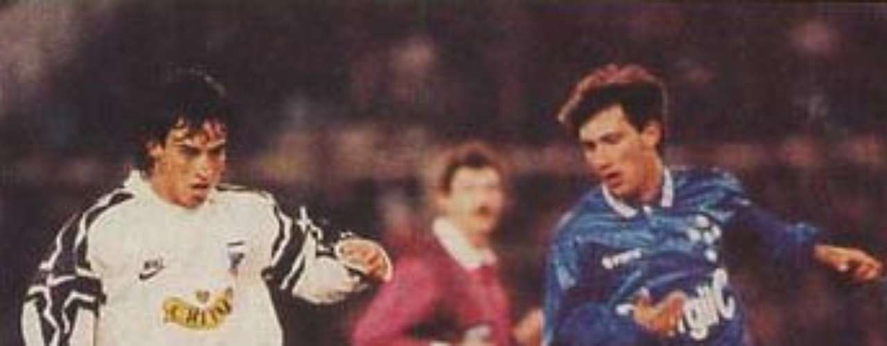 En 1995, militó en el Colo-Colo, convirtiéndose en el séptimo futbolista de la historia en jugar en los tres equipos \