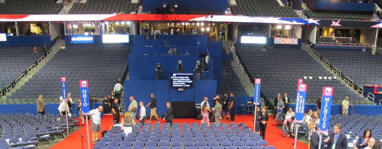 Así se ve el Forum desde el estrado donde mañana Mitt Romney brindará su discurso de aceptación de su nominación como candidato a la presidencia. A ambos lados de la tarima donde esta ubicado el púlpito, se encuentran dos teleprompters, desde donde los oradores leen sus textos.