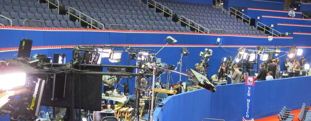 Varios medios transmiten en vivo varias veces al día, desde pequeños estudios montados alrededor del piso del Forum, a pocos metros del escenario.