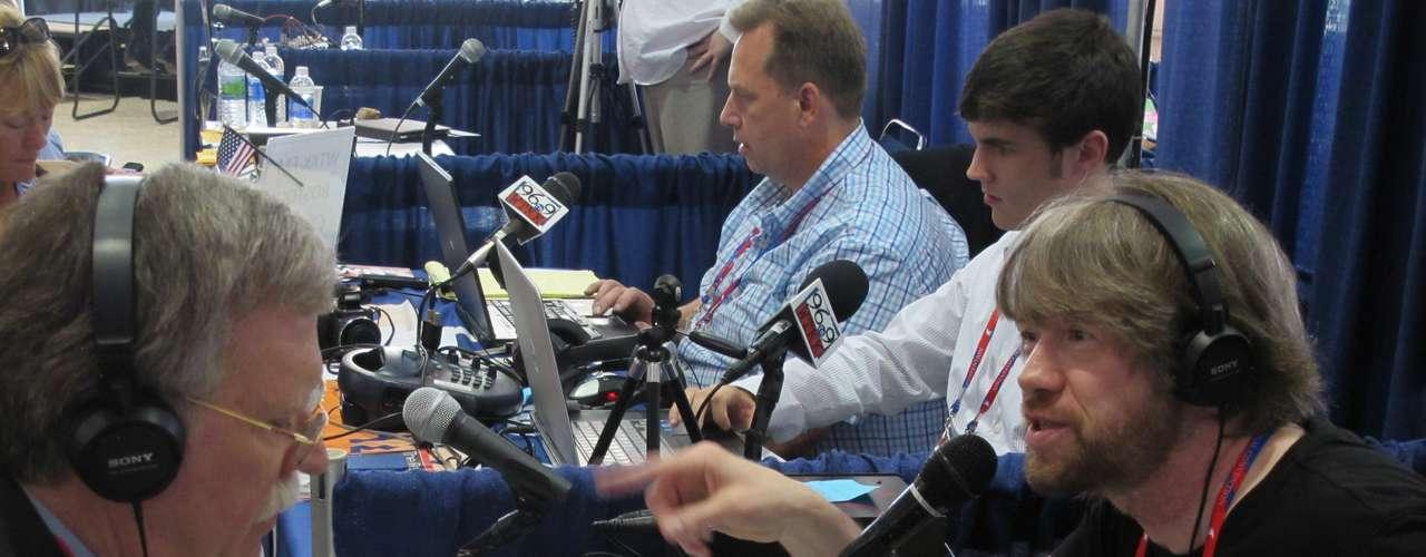 Otra de las figuras presentes en la Convención es John Bolton, quien fue el embajador de Estados Unidos ante las Naciones Unidas hasta 2006. Aquí, se lo ve siendo entrevistado por el conductor de un programa de radio.
