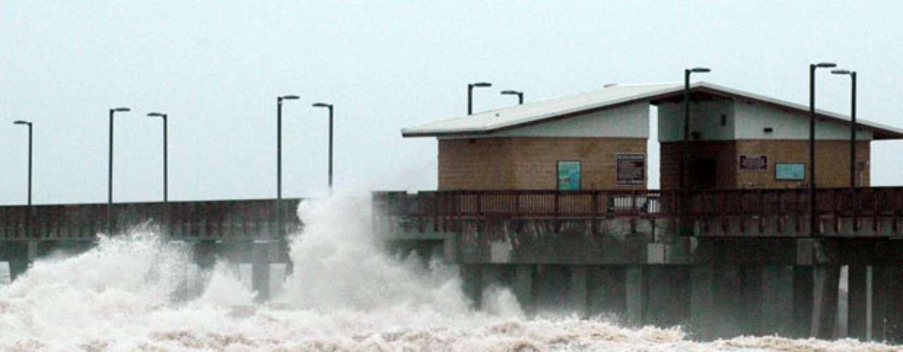 El huracán Isaac azotó la costa de Louisiana y avanzaba hacia la desolada Nueva Orleans la noche del martes, con una brutal precisión de tiempo que compensaba la falta de fuerza.