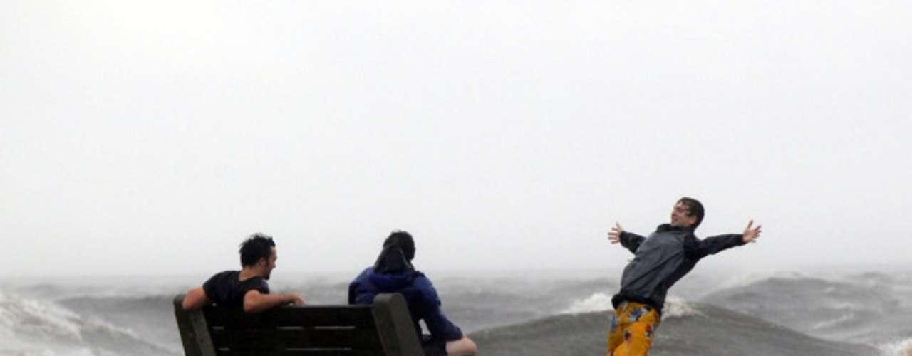 El huracán Isaac de categoría 1 con vientos de 130 kilómetros por hora (80 mph) tocó tierra a las 17:45 EST (1145 GMT) cerca de la boca del Río Misisipi en el sureste de Louisiana, remojando una zona escasamente poblada, una franja que se extiende hacia el Golfo de México. Pero aún faltaba lo peor mientras apuntaba hacia Nueva Orleáns a 121 kilómetros (75 millas) hacia el noroeste.
