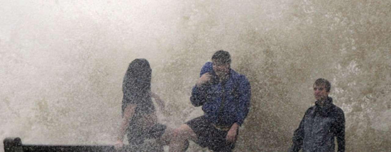 Aunque no es tan violento como Katrina, Isaac desató fuertes vientos y lluvias torrenciales que dejaron sin electricidad a más de 200.000 viviendas y negocios. Podría causar inundaciones en las costas de cuatro estados debido a las marejadas y los aguaceros mientras llega a Nueva Orleáns, donde numerosos habitantes se guarecen detrás de los diques que fueron fortificados tras los embates de Katrina.