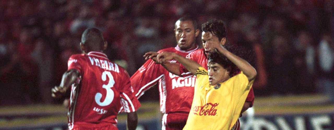 En acción en Copa Libertadores de 2000 frente al América de Cali, que cinco años más tarde sería su club.