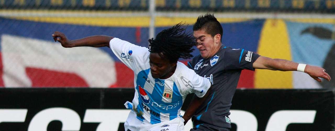 Juan Carlos Paredes (izquierda), del Deportivo Quito, disputa un balón con Carlos Ortiz del Aurora de Bolivia.