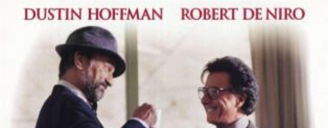 Wag The Dog (1997): Si bien retrata a un presidente ficticio de Estados Unidos, la película de Barry Levinson es una fuerte sátira política sobre un asesor de la Casa Blanca (Robert De Niro) que contrata a un excéntrico productor de Hollywood (Dustin Hoffman) para inventar una guerra con Albania y transmitirla por televisión para distraer al público norteamericano de un escándalo sexual que involucra al presidente. El estreno del filme, sin embargo, coincidió con el punto más polémico del Caso Lewinsky -  relación extraconyugal del entonces presidente Bill Clinton con la pasante de la Casa Blanca, Monica Lewinsky - y una nueva intervención de Estados Unidos en el Golfo Pérsico. La obra recibió dos nominaciones al Oscar: mejor actor (Dustin Hoffman) y guion adaptado.