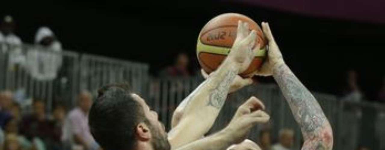 La primera mitad del juego fue equilibrada, el equipo turco ganó los dos primeros cuartos y se fue al descanso con seis puntos de ventaja, 31-25.