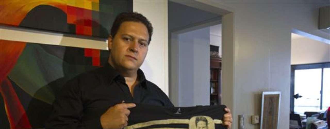 El documento de identidad del narcotraficante colombiano Pablo Escobar, sus tarjetas de crédito y un certificado de antecedentes penales aparecen estampados en una colección de ropa creada por su hijo con la que asegura, frente a las críticas, que quiere invitar a \