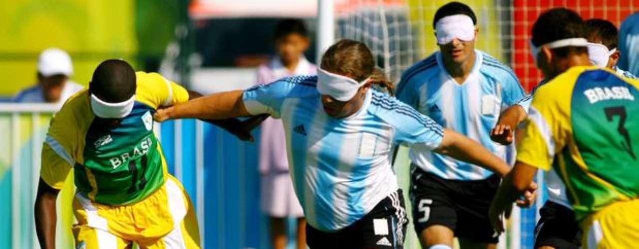 Brasil y Argentina también protagonizaron partidos muy duros en el fútbol de cinco. Según los brasileños, los equipos se provocan unos a otros y usan pellizcos y escupidas.