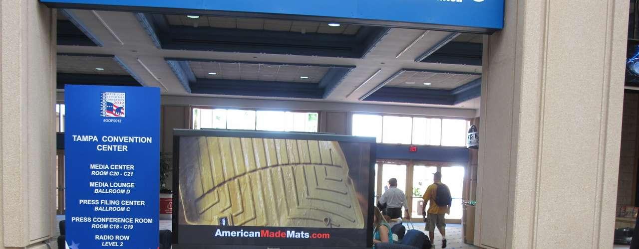 El amplio salón de ingreso del Convention Center de Tampa es el lugar de contacto de los miles de periodistas de todo el mundo que cubren la Convención.
