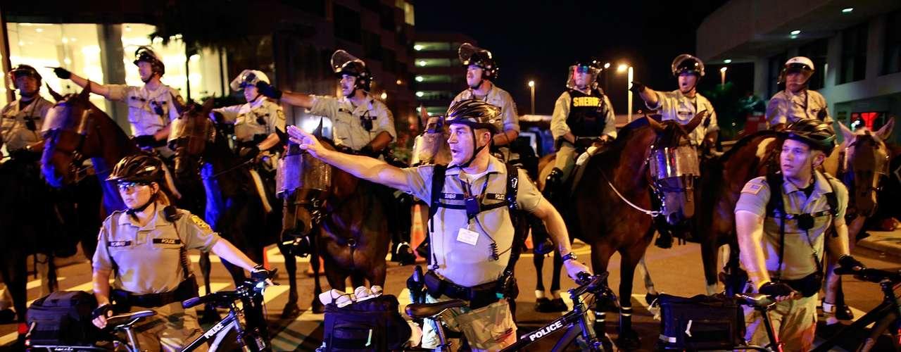 La unidad de ciclistas daba instrucciones para que la marcha no se saliera de proporción.
