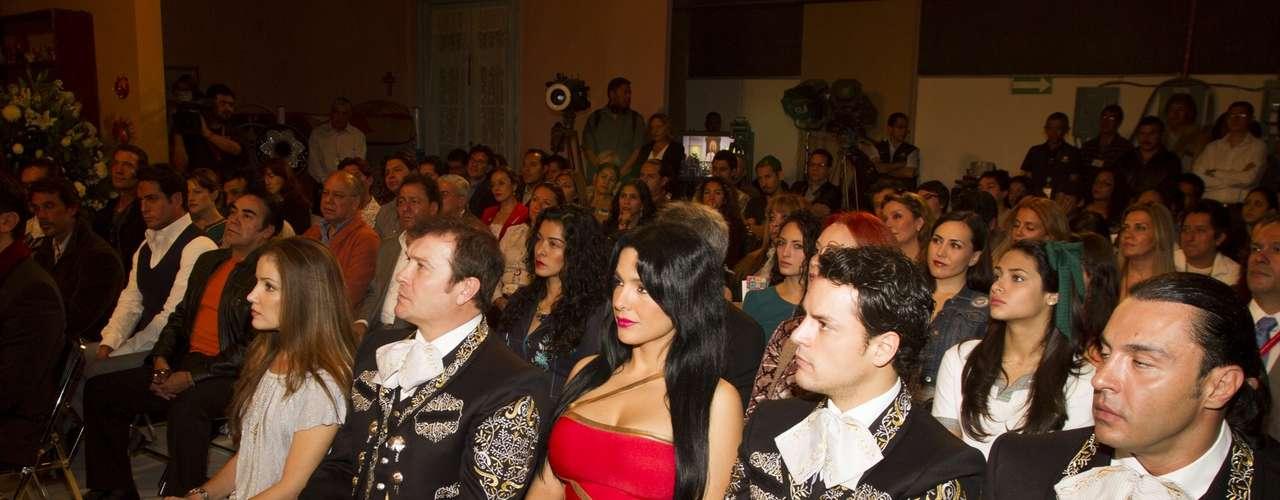 Mariana Ríos estuvo acompañado de Arturo Peniche y Latin Lover, quienes personifican a los integrantes de una banda de mariachi.