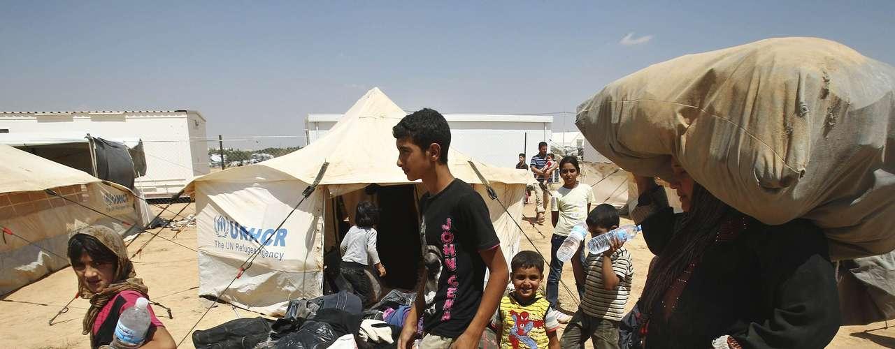 Una familia llega al campamento de refugiados de Al Za'atri, en la ciudad jordana de Mafraq, muy cerca de la frontera con Siria. El procesivo enquistamiento de la guerra civil en Siria ha duplicado el número de personas que buscan salir del país.
