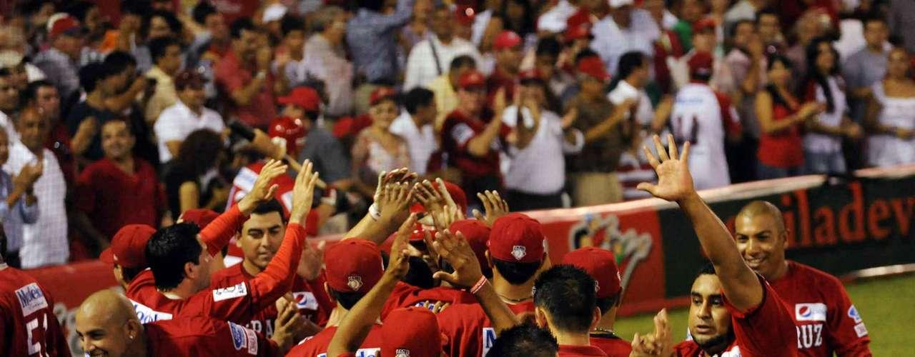 Los jugadores de los Rojos del Aguila de Veracruz al festejar el título.