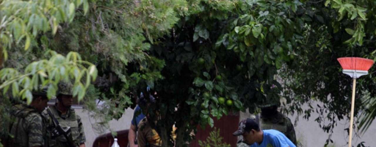 En tanto en Saltillo, capital de Coahuila, personal castrense encontró los cuerpos de tres adultos y un menor de edad en un negocio de lavado de autos.