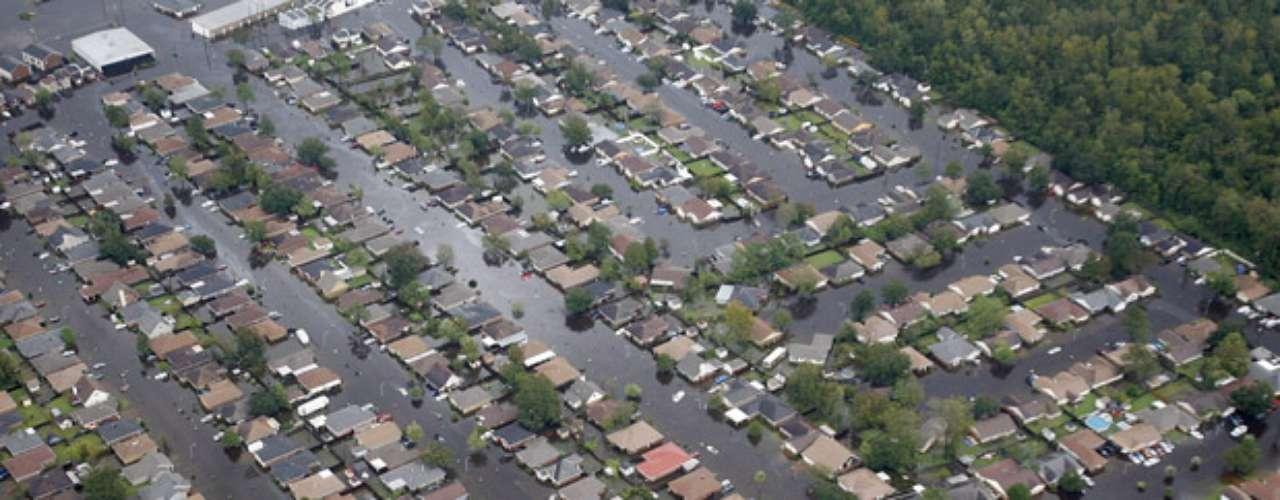 También se han ordenado evacuaciones en varios barrios en las inmediaciones del lago Ponchartrain (Louisiana), según detalló Jindal, quien señaló que por el momento hay unas 7.000 personas en refugios en todo el estado, aunque se espera que esa cifra aumente a medida que pasen las horas.
