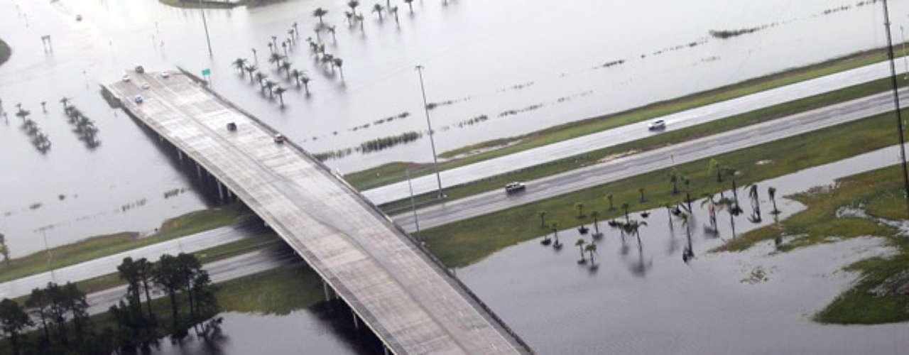 En Misisipi, una persona murió al caer un árbol sobre el vehículo en el que viajaba, según indicó en una rueda de prensa el alcalde de Nueva Orleans, Mitch Landrieu, quien puso este caso como ejemplo de lo que puede ocurrir si no se mantiene \