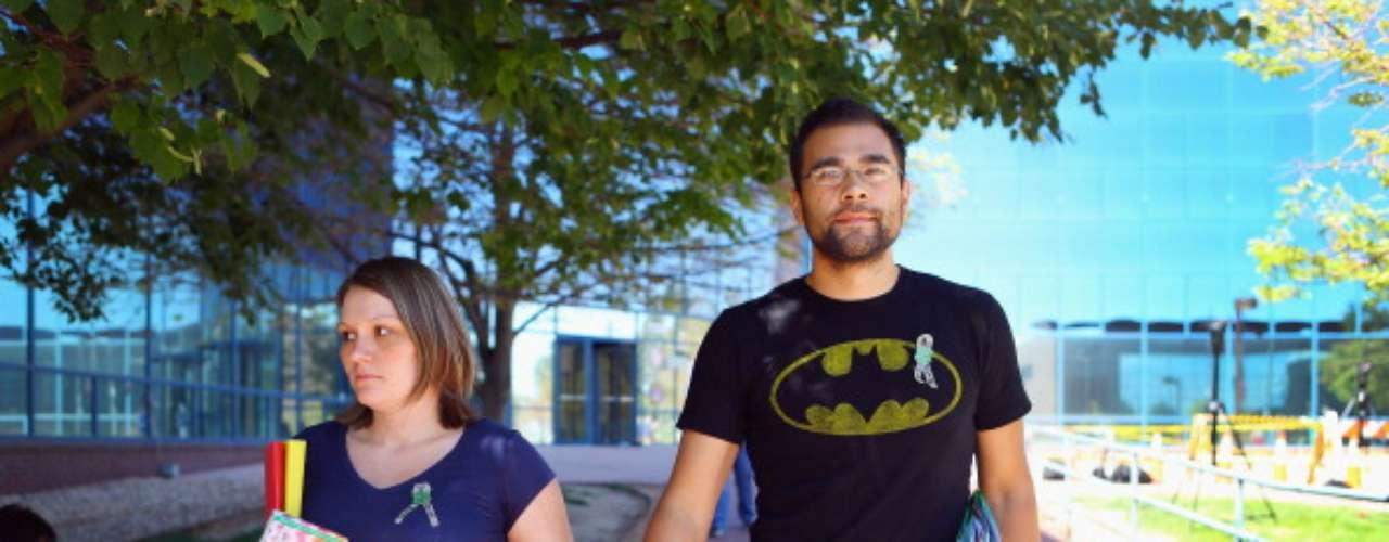 En una de las audiencias contra James Holmes, víctimas y familiares de las víctimas decidieron ir a la comparecencia en la Corte del Distrito de Arapahoe, en Centennial, Colorado, vistiendo camisetas de Batman.