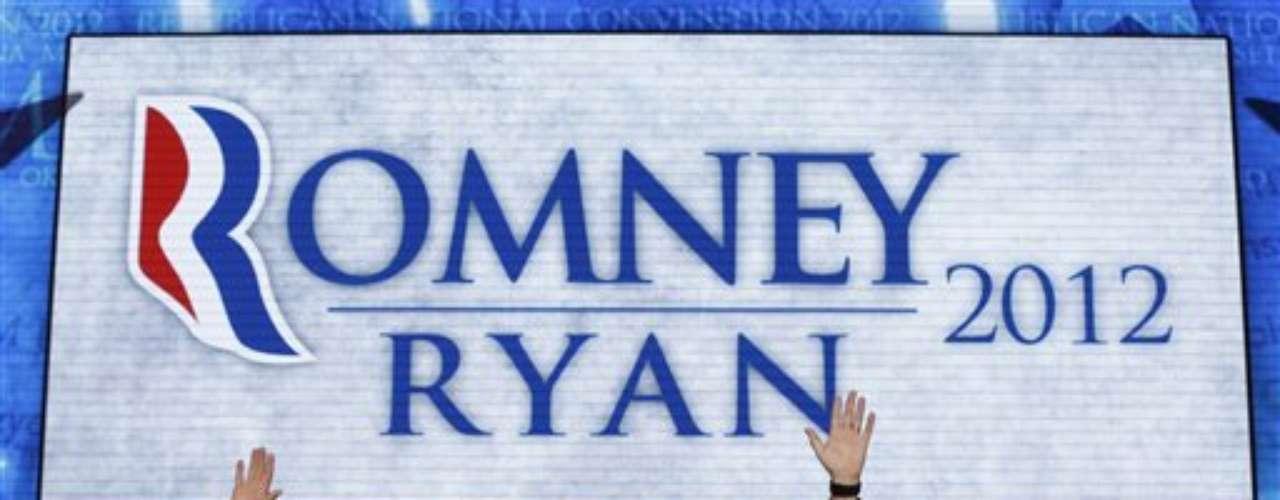 Mitt Romney (DER) junto a su fórmula vicepresidencial Pau Ryan, en el cierre de la convención republicana en Tampa, Florida