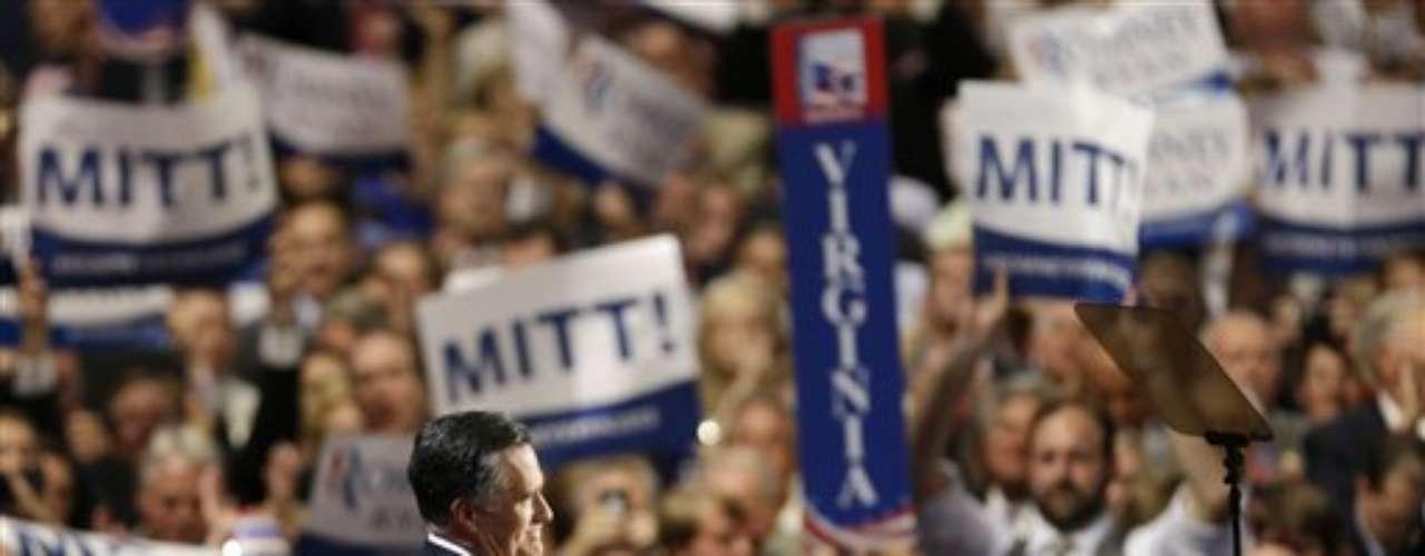 Miles de seguidores estuvieron alentando a Mitt Romney en su discurso con cantos y pancartar