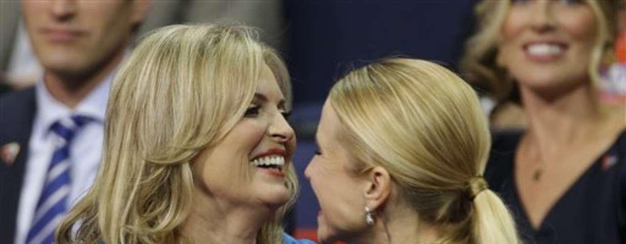 Ann Romney (izq) esposa de Mitt Romney y Janna, esposa de Paul Ryan, comparten un abrazo en la convención republicana en Tampa, Florida