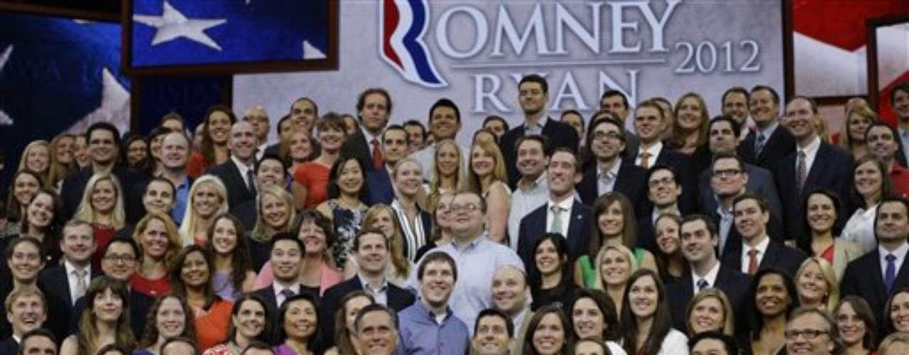Todo el equipo de campaña de Romney en el cierre de la convención republicana en Tampa, Florida