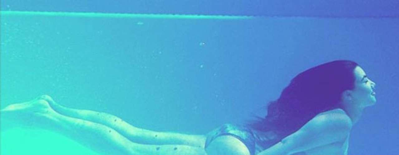 El pasado 6 de agosto sorprendió a sus admiradores de Twitter al compartir una foto donde aparece nadando en el fondo de una alberca.