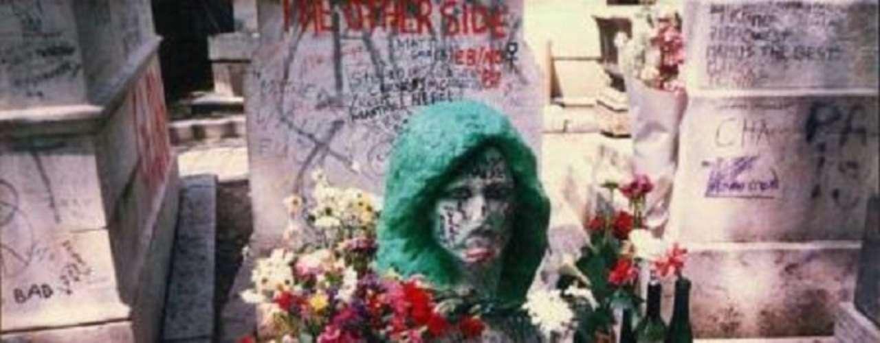 Jim Morrison. La tumba de Jim Morrison en el cementerio Père-Lachaise de París, tuvo un busto del líder de The Doors, ahora hay una placa conmemorativa.