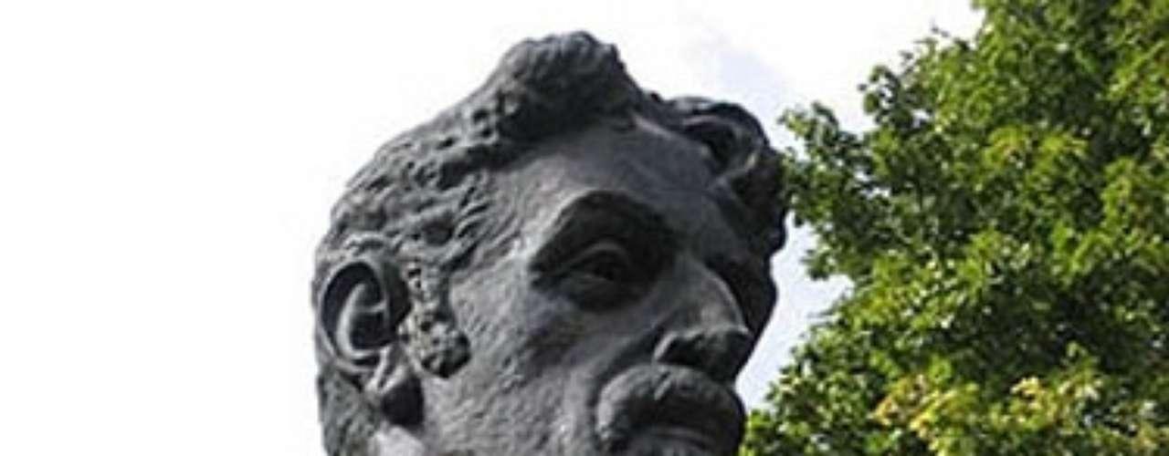 Frank Zappa. La cabeza de piedra del músico estadounidense está ubicada en la localidad lituana de Vilna.