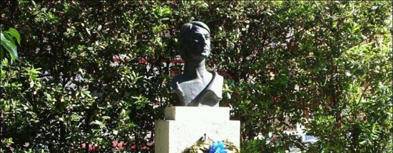 Nino Bravo. La estatua es un homenaje de la juventud de Valencia a Nino Bravo.