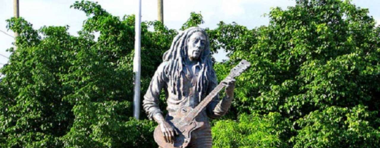 Bob Marley. Uno de los cantantes más respetados y queridos en la música reggae, Robert Nesta Marley más conocido como Bob Marley, tiene su estatua en Kingstom (Jamaica).