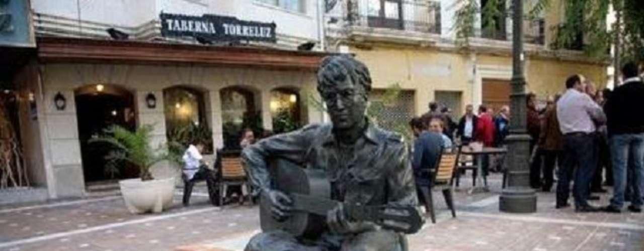 John Lennon. El ex Beatle tiene estatuas en varias parte del mundo, esta pertenece a la Plaza de las Flores de Almería que conmemora el paso de Lennon por este lugar mientras rodaba 'How I won the war' junto al cineasta Richard Lester.