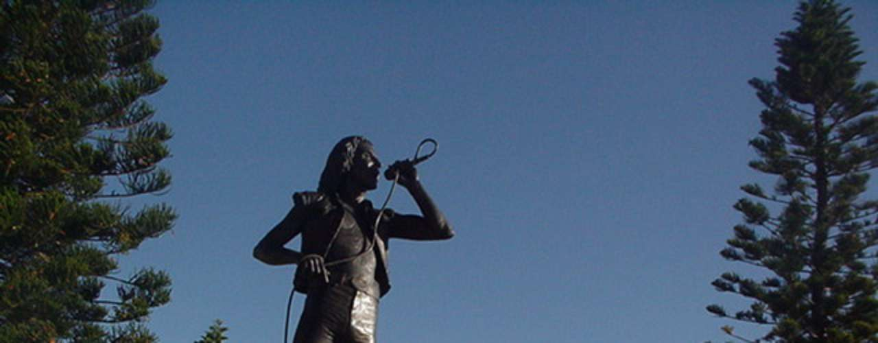 Bon Scott. El vocalista de ACDC tiene su monumento en el puerto pesquero de Fremantle, en la costa este de Australia, lugar donde creció Scott y también donde se encuentra enterrado, tras su muerte a los 33 años.