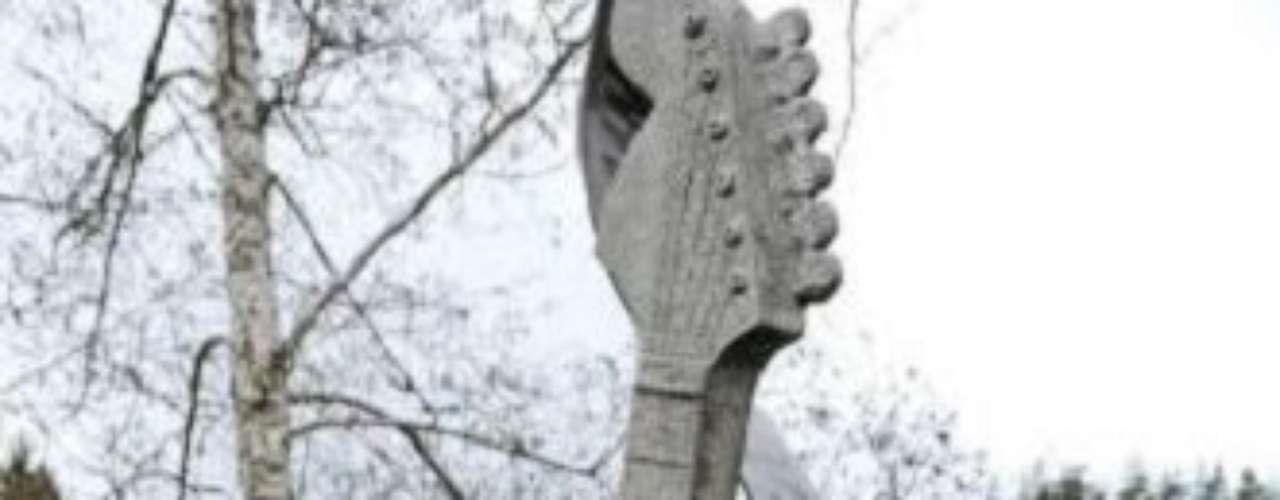 Kurt Cobain. En abril de 2011, en Aberdeen (en el estado de Washington), su ciudad natal, se inauguró esta estatua que representa la guitarra Fender Jag-Stang especial para zurdos que el líder de Nirvana utilizaba en gran parte de sus conciertos.