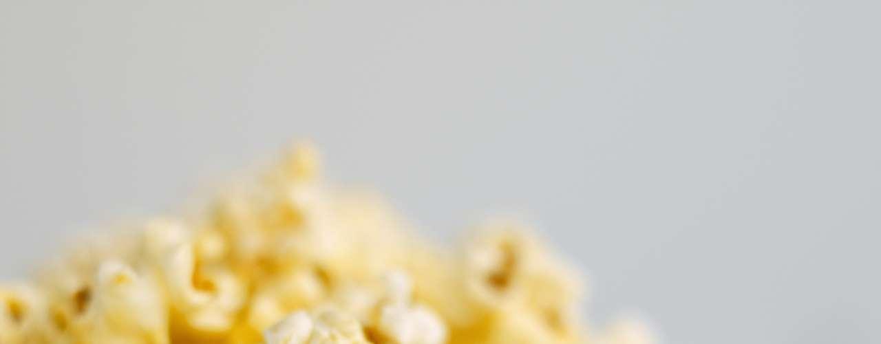 Palomitas de maíz: ricas en fibras y bajas en calorías, las palomitas son un óptimo ejemplo de buena densidad de nutrientes, que significa un alimento con la mayor cantidad de vitaminas y una menor tasa de calorías. Por lo tanto, usted puede comer tres paquetes de palomitas por 100 calorías o puede beber tres vasos de licor con la misma cantidad de calorías, pero las palomitas te van a garantizar más fibras y antioxidantes para tu cuerpo, pues tienen una densidad de nutrientes mejores que el licor. Un estudio divulgado en 2012 descubrió que las palomitas podrían tener, inclusive, más antioxidantes que algunas frutas y vegetales. Por eso, si estás intentando perder peso ¿no es mejor comer una alimento que va a ser fuente de fibras que uno que tampoco te engordará, pero no tendrá el mismo efecto nutricional?