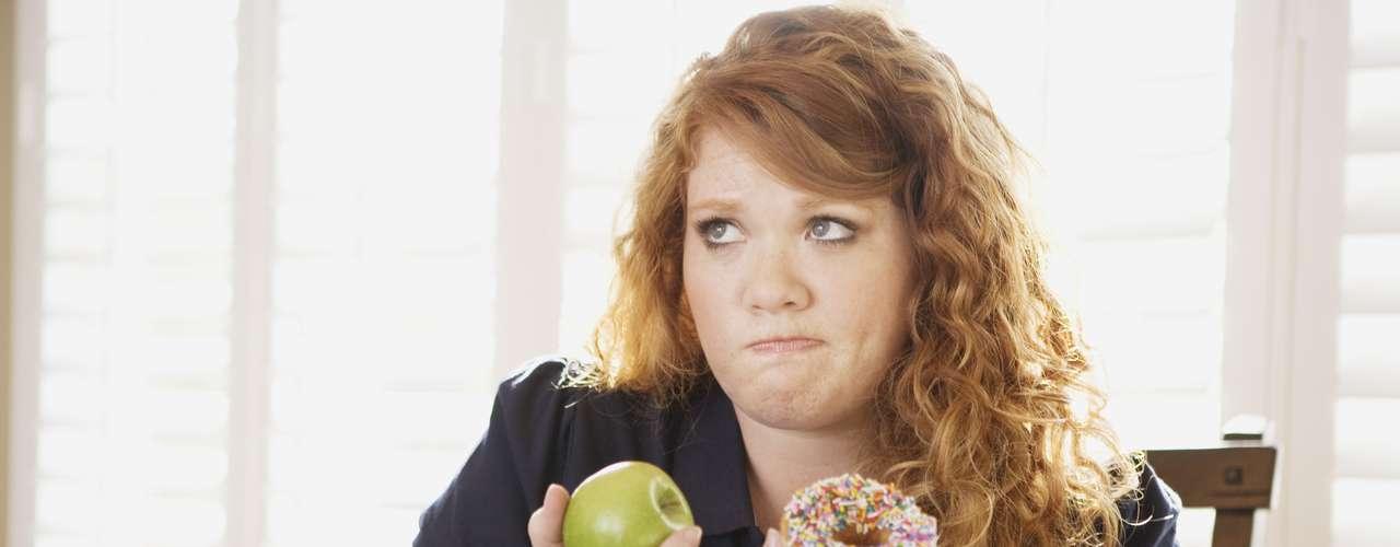 Perder peso y mantenerse alejado del exceso de calorías nunca ha sido fácil. Siempre aparecen obstáculos como: una amiga que te llama para cenar, el horario de trabajo, las prisas, entre otros factores. Además de eso, siempre estás pensando e intentando desentrañar uno de los mayores misterios que envuelven a la alimentación como qué y cuándo comer; qué evitar y en qué cantidades. Otra trampa es la información nutricional de los alimentos que transforman comidas no tan saludables en \