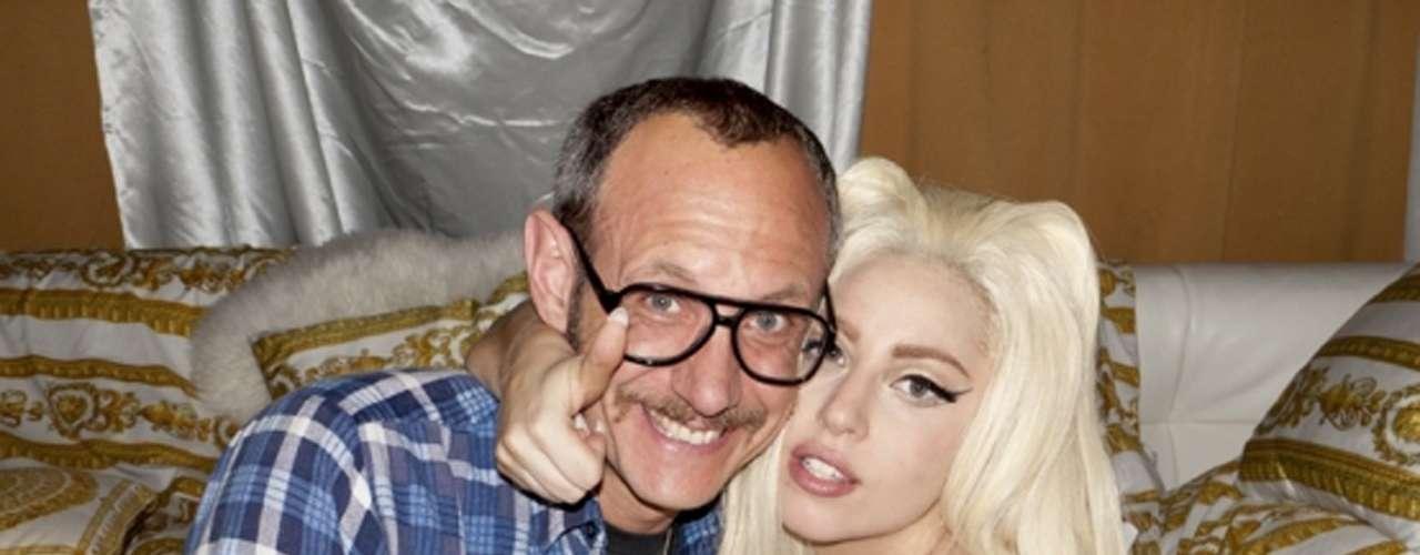En otra entrega de las imágenes que Richardson captó, Gaga aseguró que el arte de la fotografía la ayuda a sentirse menos sola en su agitada vida.