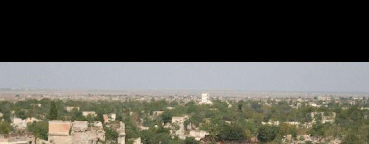 La ciudad del ganado y los buitres. Una vez, fue una próspera capital de 150.000 habitantes. Ahora, Agdam es un esqueleto urbano al suroeste de Azerbaiyán aquejado por la maleza, el desierto y los buitres. Uno de los únicos edificios que se mantienen en pie intactos es una gran mezquita, que ahora utilizan los ganaderos armenios como establo.