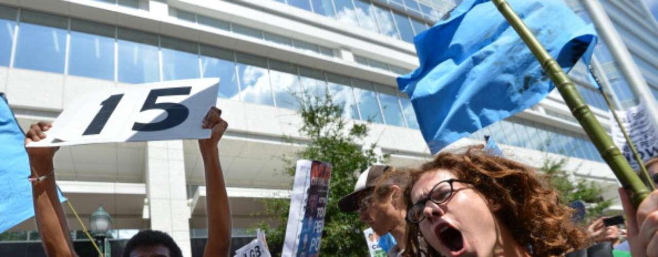 Más de 300 personas marcharon este domingo contra \