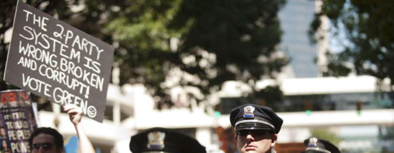 Varios miles de policías llegados desde distintos puntos del país refuerzan desde este lunes la seguridad en Charlotte para la Convención Demócrata, que designará oficialmente al presidente Barack Obama como candidato a la reelección.