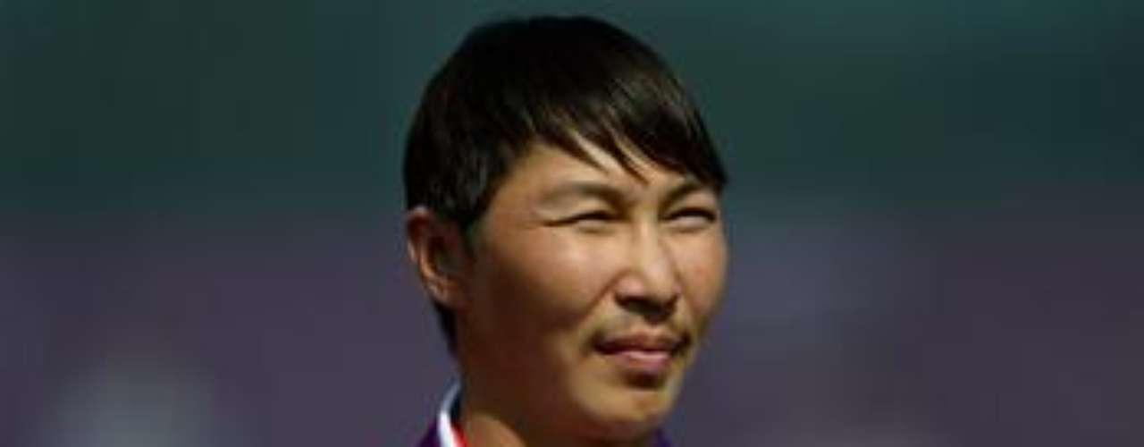 El ruso Mikhail Oyun recibe la medalla de bronce conquistada en la final de tiro con arco.