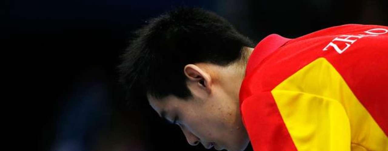 El chino Shuai Zhao se prepara para sacar contra el eslovaco Richard Csejtey en la final individual del tenis de mesa, en la clase 8. Zhao ganó el partido por 3 games a 1 y conquistó la medalla de oro.