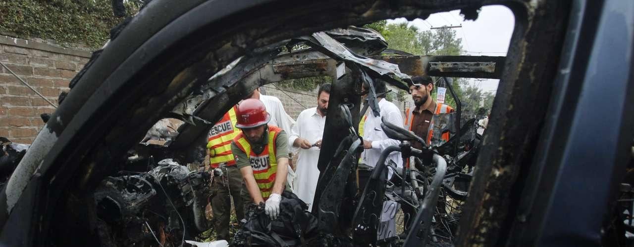El encargado de Información de la provincia de Khyber Pakhtunkwa, Mian Iftikhar, declaró a los medios que tras la explosión un equipo de la legación diplomática de EEUU apareció para recoger a las víctimas estadounidenses. \