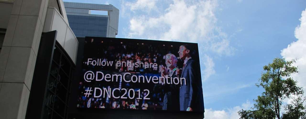 Este cartel le da a la bienvenida a los delegados en el Convention Center en pleno centro de Charlotte.