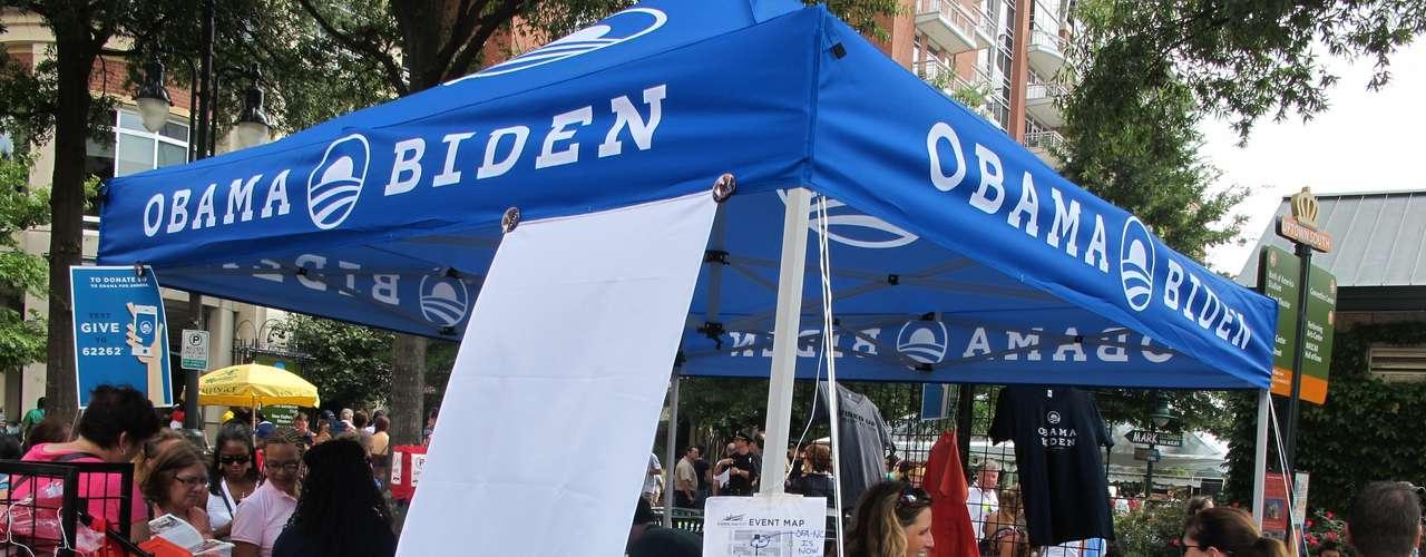También en la feria, las remeras de Obama-Biden se venden como pan caliente.